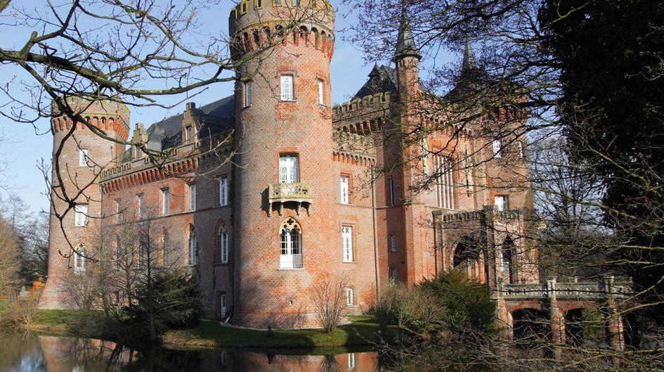 Das neugotische Wasserschloss Moyland in Nordrhein-Westfalen beherbergt die größte Sammlung der Werke von Joseph Beuys. Die Turmmauern des imposanten Backstein-Bauwerkes sind mit Protectosil® BSM 400 gegen das Eindringen von Feuchtigkeit geschützt.