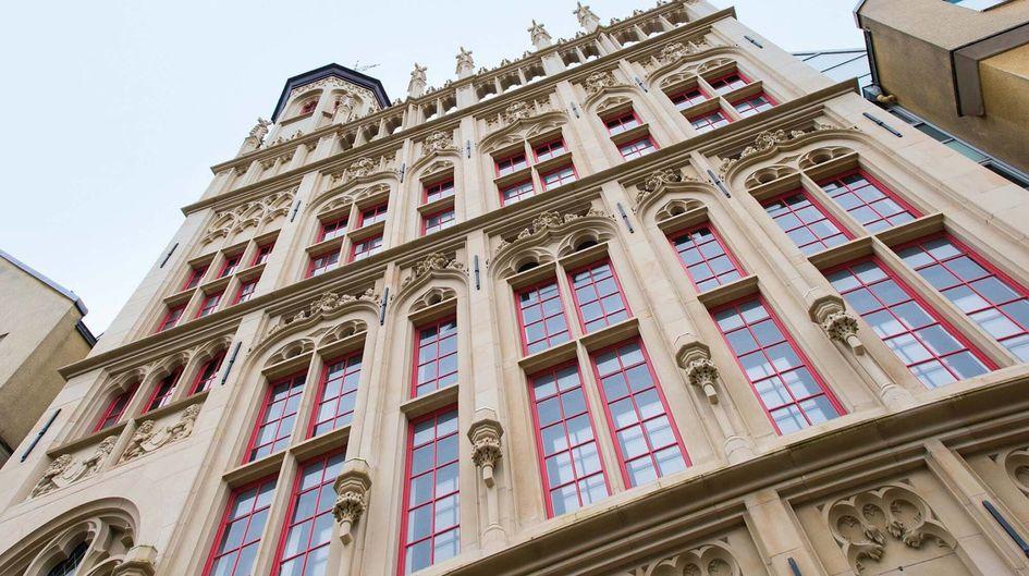 Die Sandsteinfassade des im Mittelalter erbauten Rathauses in Wesel wurde mit Protectosil® SC CONCENTRATE gegen Verschmutzungen durch Algen, Moose, Wasserflecken, Schimmel, Ruß, Öl etc. langfristig geschützt. Außerdem erhielt der attraktive Bau einen Graffitischutz mit Protectosil®