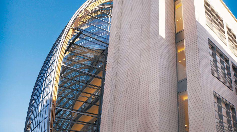 Das Weltstadthaus in Köln, das an einer stark befahrenen Verkehrsachse liegt, ist mit Protectosil ANTIGRAFFITI® zusätzlich gegen Verunreinigungen durch Graffiti gegen Staub und Abgaspartikel geschützt.