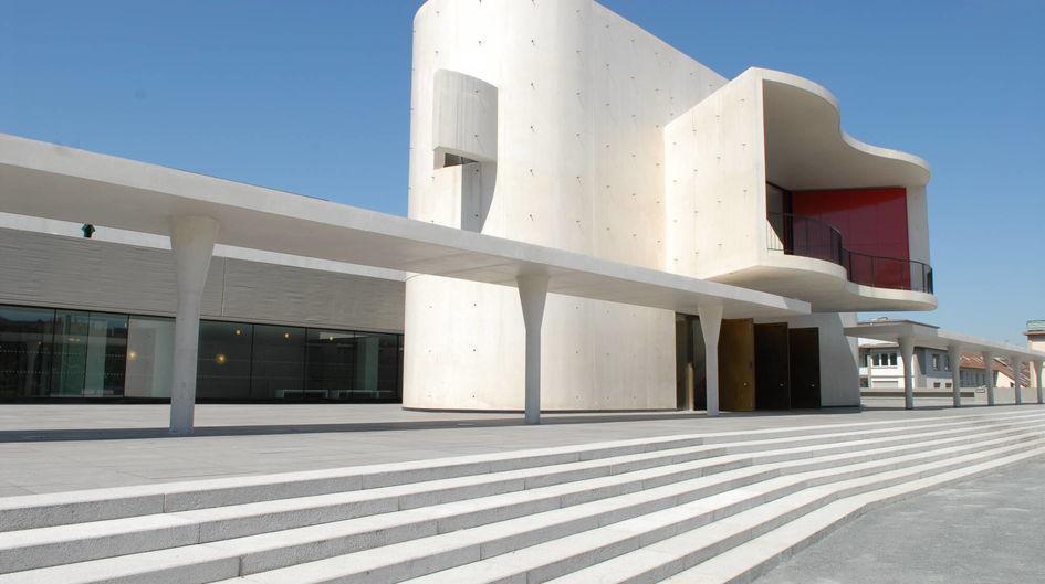 Im Rahmen der Sanierung wurde das Staatstheater Darmstadt mit seinem eindrucksvollen Portal und den hellen Marmorfassaden mit Protectosil ANTIGRAFFITI® behandelt und damit vor Graffiti-Vandalismus geschützt.