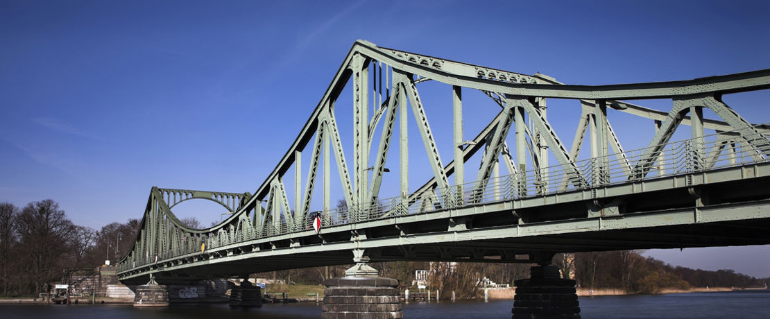 Many bridges are protected against corrosion by painting with zinc dust paints. The Dynasylan® SIVO 140 binder makes these paints more eco-friendly and particularly effective.