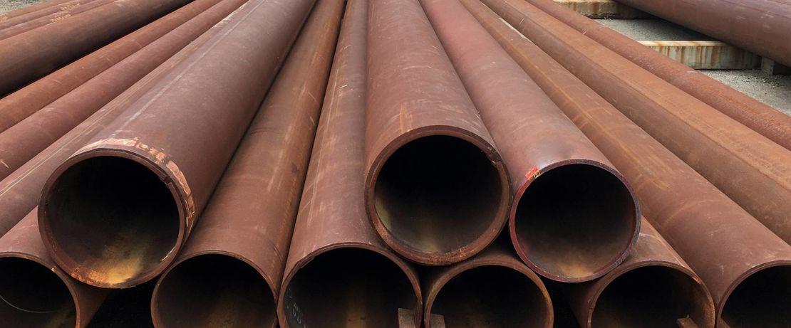 A ferrugem, o óleo e a sujeira são removidos por jateamento com granalha seguido da aplicação da tinta de proteção contra a corrosão mediante pulverização.
