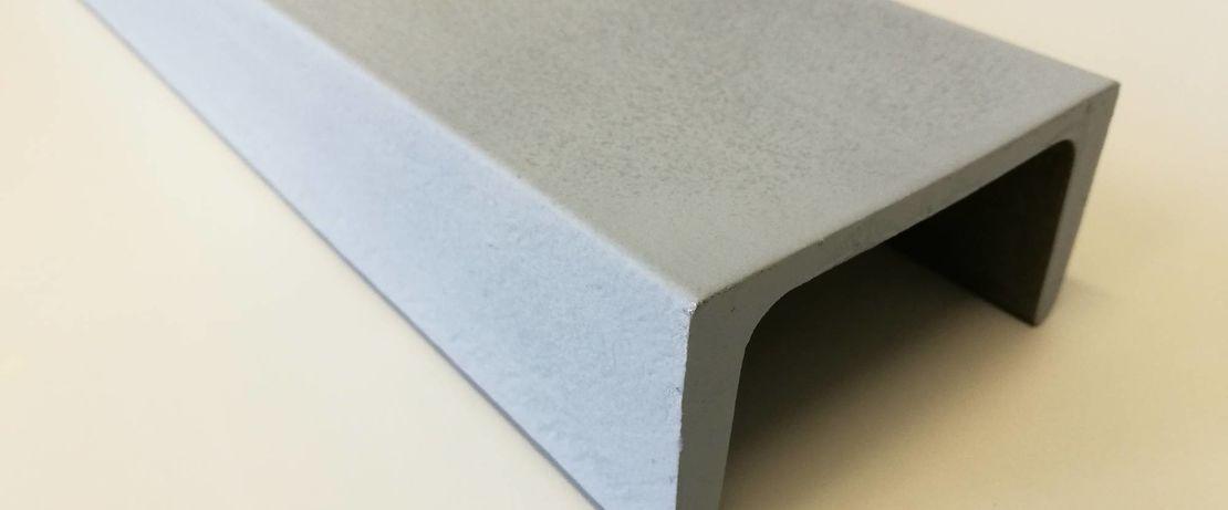 Viga de aço revestida com uma formulação de pó de zinco baseada em Dynasylan® Sivo 140. O revestimento foi aplicado com uma pistola de pintura HVLP (alto volume, baixa pressão).