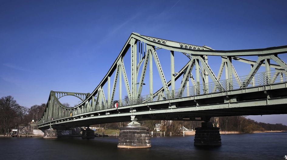 Muitas construções de aço como pontes de aço são protegidas contra corrosão com tintas de pó de zinco. O encadernador Dynasylan® SIVO 140 torna a tinta mais ecológica.